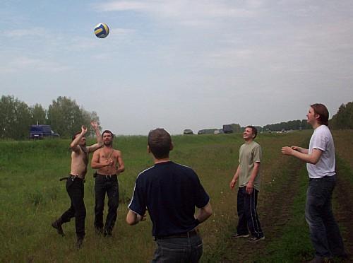 А тем временем на обочине...  играли в волейбол