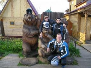 Медведы у входы в монастырь
